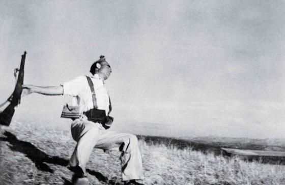 Un soldado republicano caía al suelo por un disparo franquista en la sierra de Espejo (Córdoba) y el estadounidense congelaba el instante para siempre.