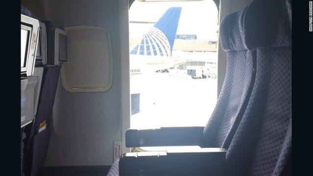 Una mujer abrió la puerta de emergencia de un avión y saltó