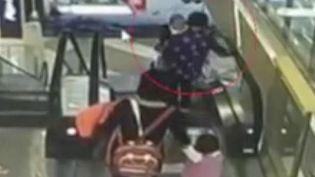 Abuela pierde equilibrio y tira a bebé desde 9 metros