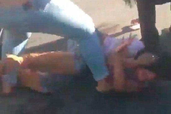 Mujeres protagonizan feroz pelea en un estacionamiento de Los Ángeles (video)