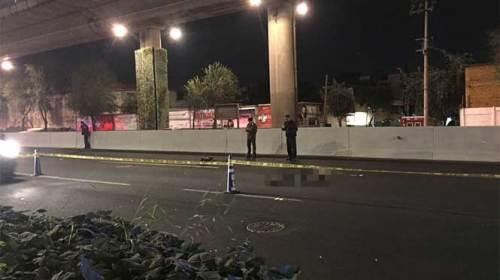Mueren dos motociclistas al caer del segundo piso de Periférico