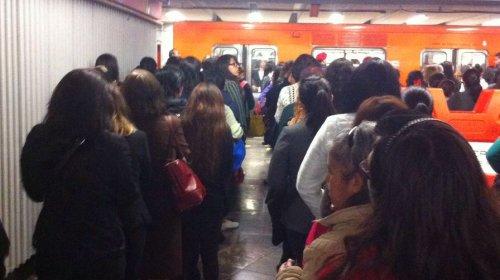 #NoEsBroma Usuarios del metro hacen fila en México