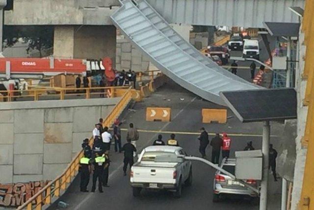Motociclista muere tras caerle estructura de un puente en Toluca