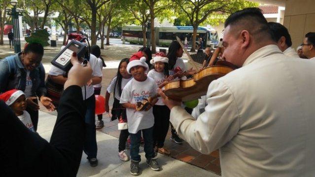 Niños latinos piden de Navidad que no deporten a sus padres