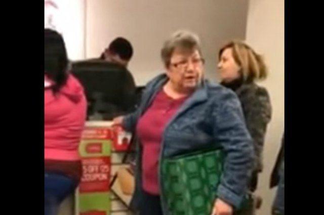 Graban a mujer racista insultando a hispanas en una tienda