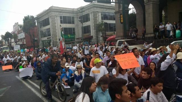 """Más de mil 200 personas marchan pacíficamente contra el """"gazolinazo"""" en Toluca"""