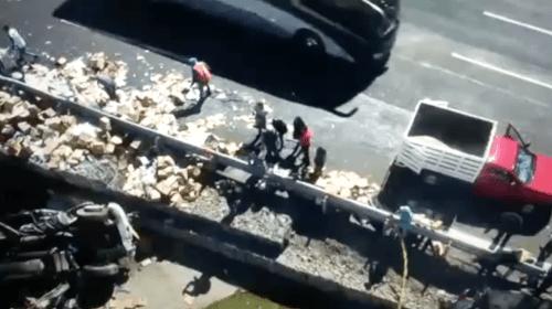 VIDEO: Momento justo en que tráiler arrolla a reporteros y policías en la México-Toluca