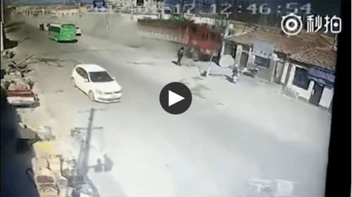 Un camión sin frenos derribó una hilera entera de casas