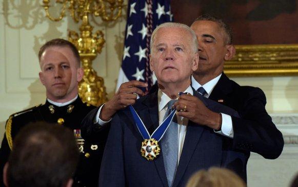 Obama entrega medalla a Joe Biden