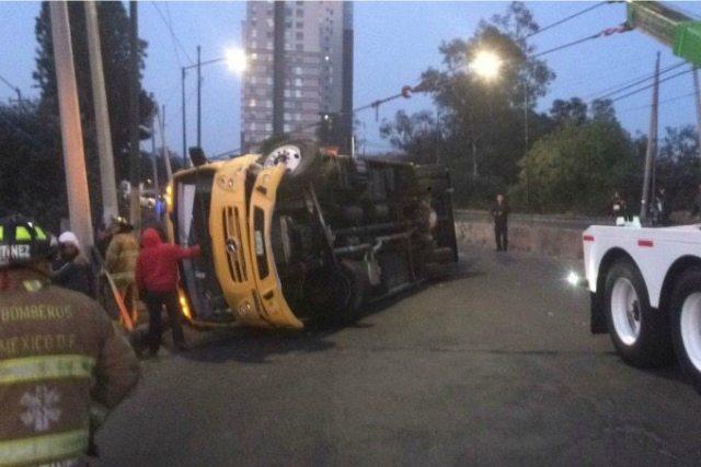 Camión escolar se voltea en la México-Toluca