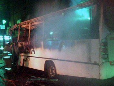 Se incendia autobús y conductor se salva de milagro
