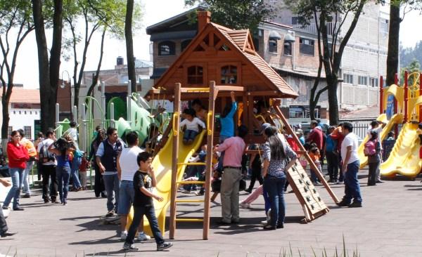 Rehabilita gobierno municipal juegos infantiles en parques de Toluca