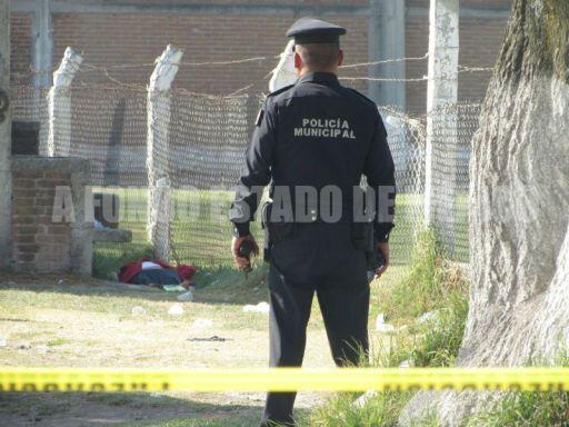 Encuentran a mujer apuñalada en campos de fútbol de Toluca