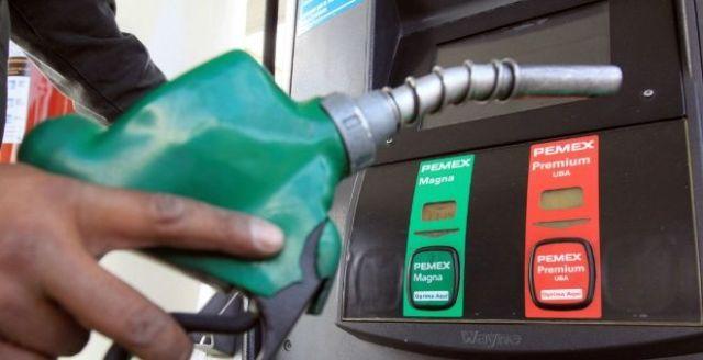 Baja dos centavos el litro de gasolina