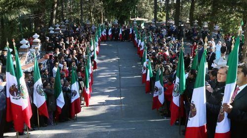 Abandera alcalde Fernando Zamora autoridades auxiliares con motivo del Día de la Bandera
