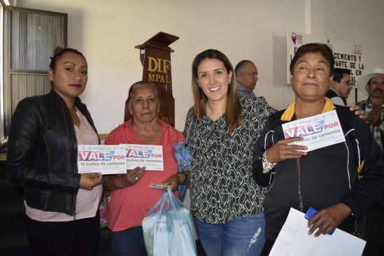 """Olga Esquivel entrega""""un piso para mi familia"""" beneficia a 80 familias en Ixtapan de la Sal"""