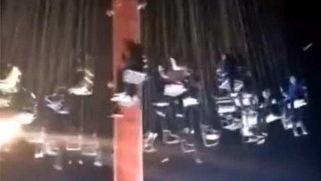 Se desploman Sillas 'voladoras' en feria de China