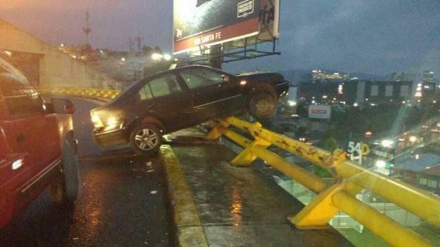 Conductor a nada de caer de puente en la México-Toluca