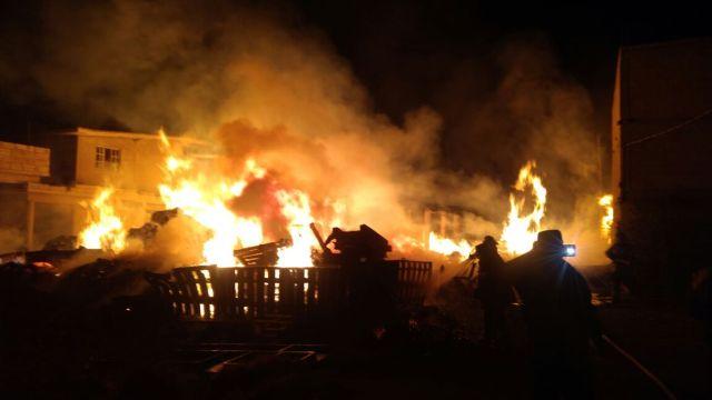 Bomberos de Toluca sofocan incendio en maderería de San Nicolás Tolentino