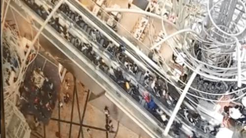 Una escalera eléctrica cambia de dirección y velocidad en Hong Kong