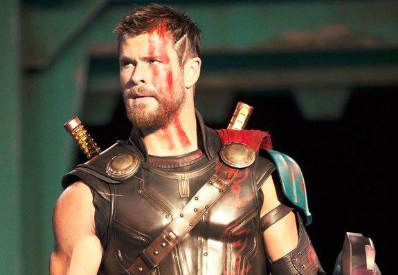 ¿Por qué Thor pierde su melena y su martillo en Ragnarok?