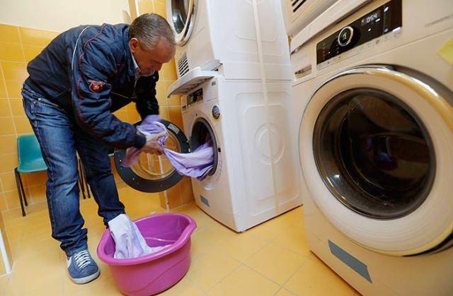 Papá pone lavandería y ahora los indigentes visten limpio