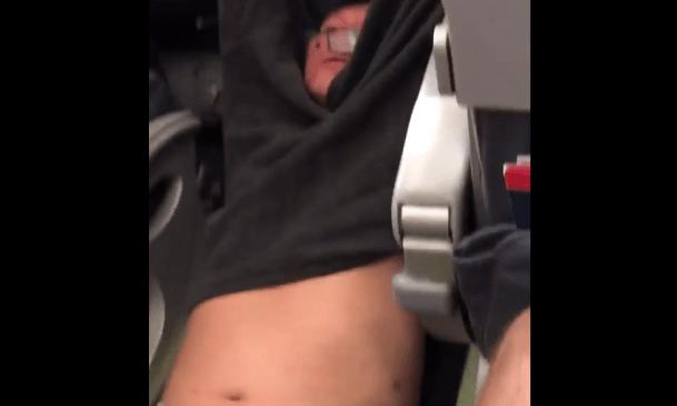 Así removieron a un pasajero de un vuelo de United Airlines