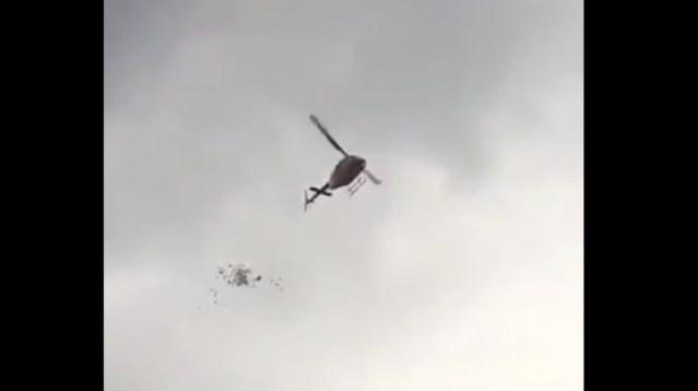 "VIDEO: Lanzan ""narco-volantes"" desde helicóptero en Feria de Texcoco"