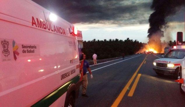 Ocho muertos en una accidente de una pipa contra un autobús en Michoacan