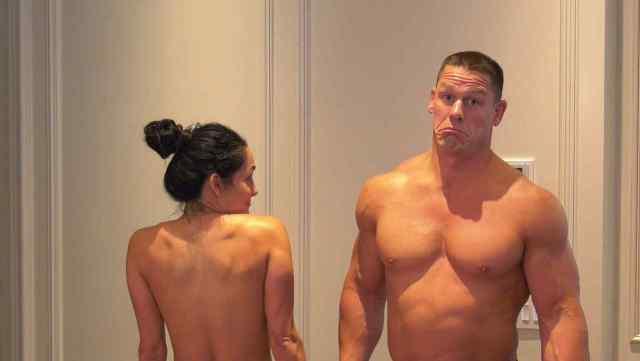 Nikki Bella y John Cena bailan completamente desnudos