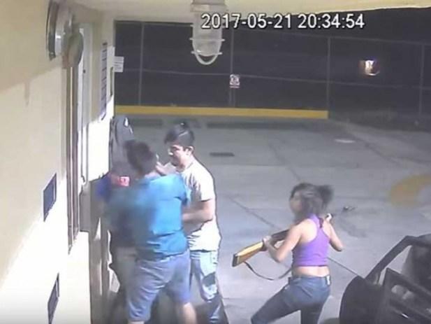 Video: Mujer con rifle encabeza banda de asaltantes de gasolineras