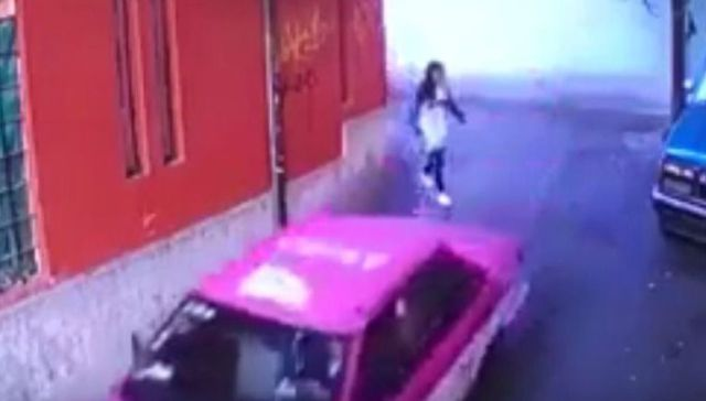VIDEO: Captan a taxista agrediendo a joven en Tlalpan
