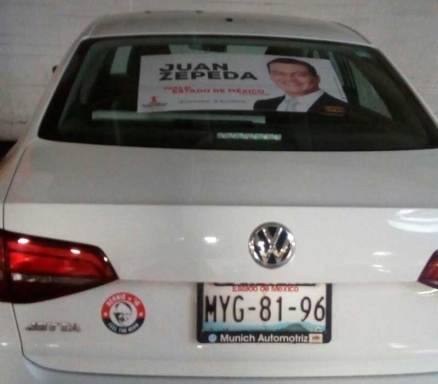 Regidor de Toluca usa auto oficial para promocionar a su candidato