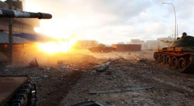 Mueren más de 140 personas en ataque a base aérea en Libia