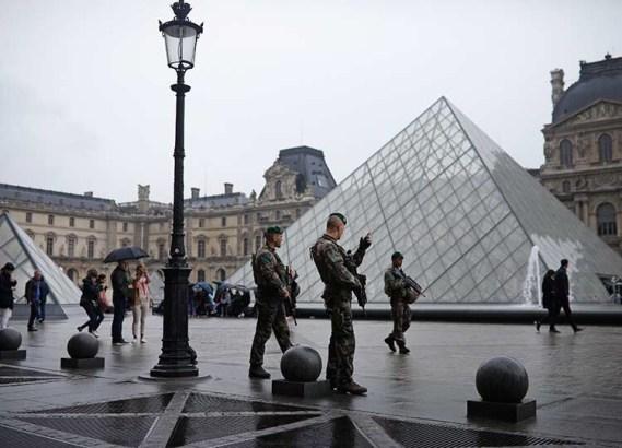 Policía evacúa explanada del Louvre previo a elecciones en Francia
