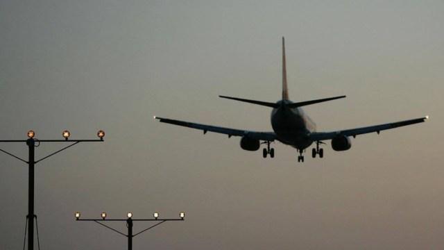 Avión choca contra camión en aeropuerto de Los Ángeles
