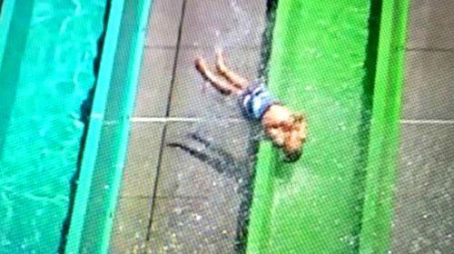 Un niño es expulsado de tobogán a toda velocidad (Video)