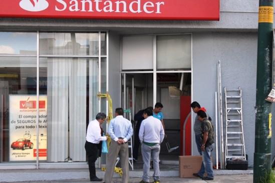 Hombre armado asalta sucursal bancaria en Toluca