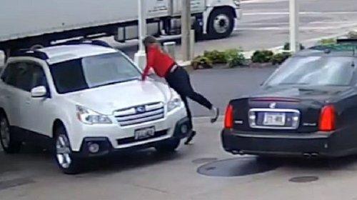 Se lanza sobre su camioneta para evitar que la roben (VIDEO)