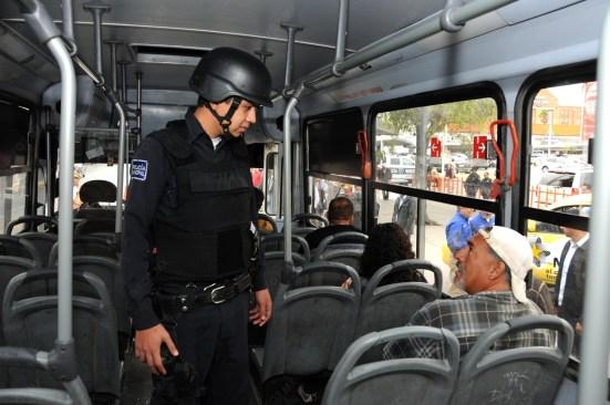 En operativo de transporte, policía de Toluca asegura a un hombre por portación de arma prohibida