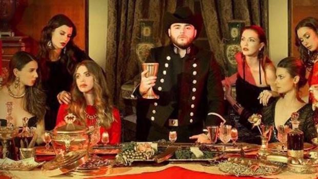 Gerardo Ortiz copia para hacer la portada de su nuevo disco 'La última cena'