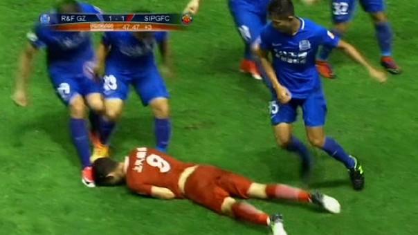 Óscar le dio dos pelotazos a sus rivales y fue derribado por cinco jugadores
