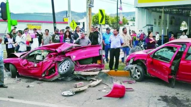 Chofer de camión se estrella contra siete vehículos   (VIDEO)
