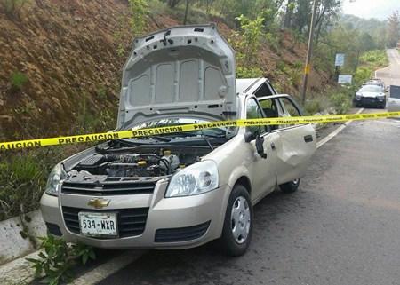 Arrollan a hombre mientras revisaba una falla en su auto y muere