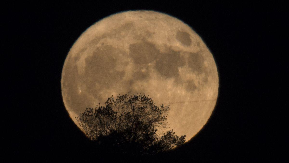 ¿Porque vemos la luna más grande y brillante en octubre?
