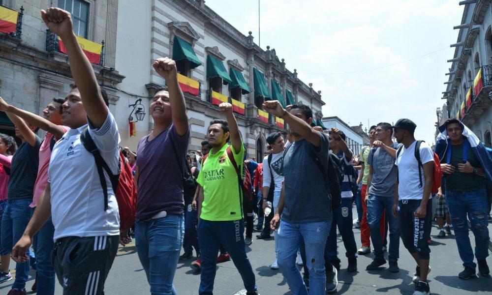 Por no asistir a marchas, le quitan beca a estudiante normalista