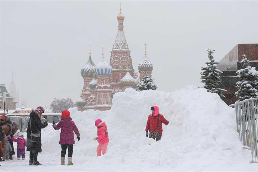 Moscú se pinta de blanco por gran tormenta invernal