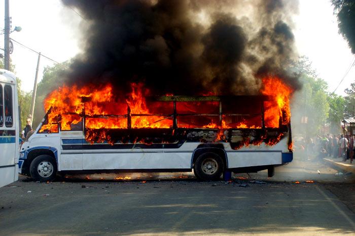 Asaltan camión y lo incendian con el chofer adentro