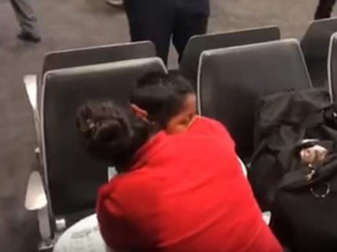 Niño y madre se reúnen tras haber sido separados por política 'tolerancia cero'