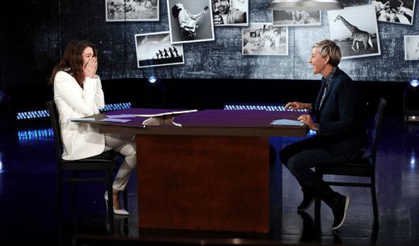 Anne Hathaway se lleva 'un gran susto' en programa de Ellen DeGeneres (VIDEO)